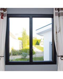 La fenêtre en aluminium Prelium, dispose d'ouvrants cachés (les battants de la fenêtre sont cachés par le cadre en aluminium). Une idée toute simple qui vous fera profiter d'un clair de jour et d'un apport solaire maximum. Installé par monsieur store plan
